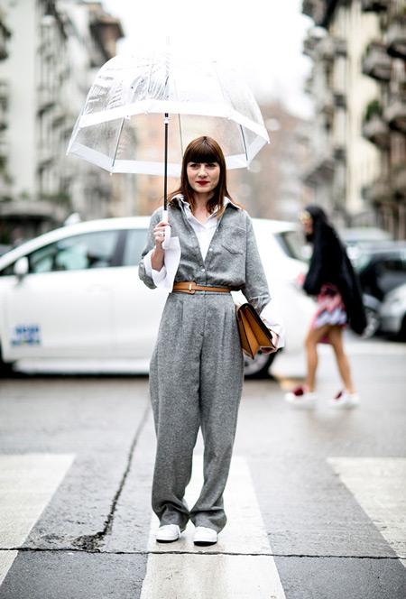 Девушка в сером комбинезоне, белой рубашке и прозрачный зонтик