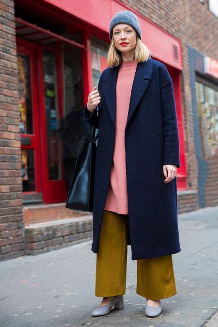 Девушка в широких брюках, розовой тунике и длинном темном пальто, серая шапка, неделя моды - Лондон осень/зима 2016-2017