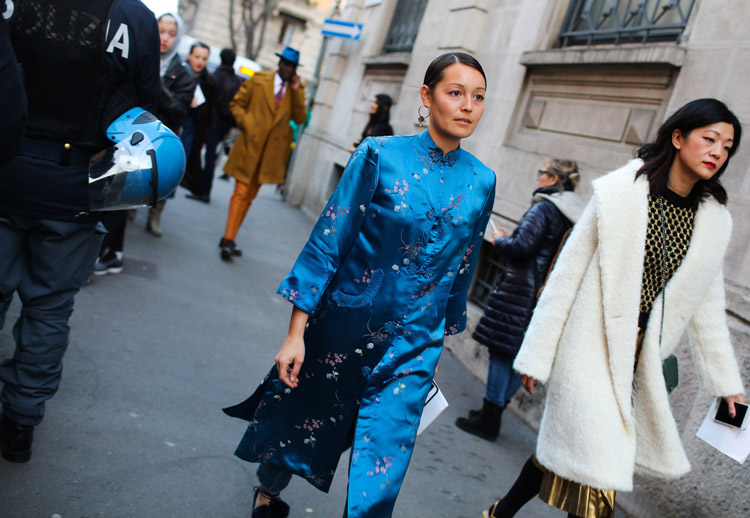 Девушка в синем атласном платье в китайском стиле
