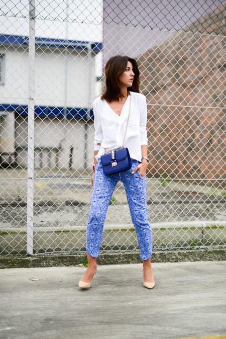 Девушка в синих капри, белая блуза, бежевые туфли