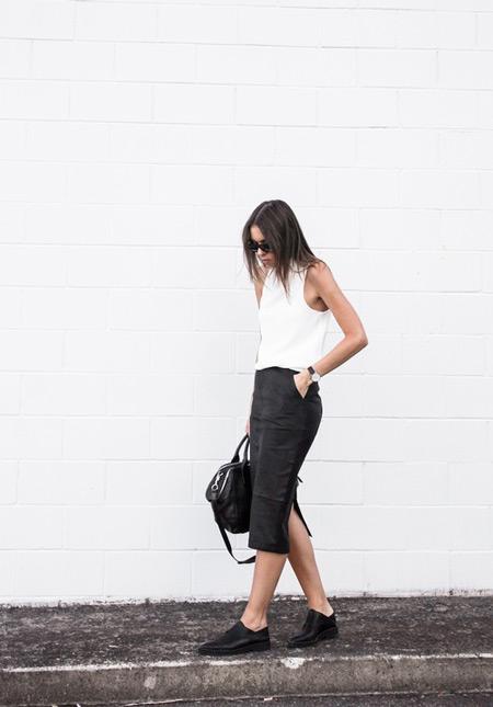 Девушка в темной юбке с карманами и белом топе