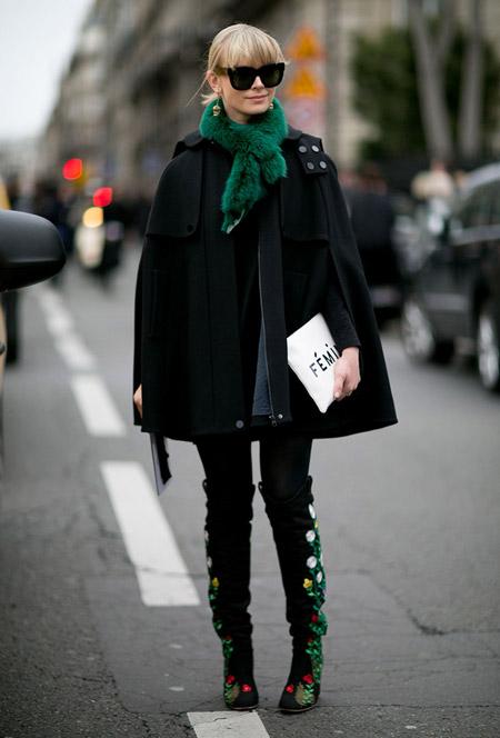 Девушка в высоких сапогах с цветами и черное пальо клеш