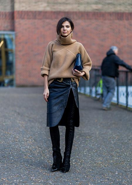 Девушка в юбке с разрезом и бежевом свитере, неделя моды - Лондон осень/зима 2016-2017