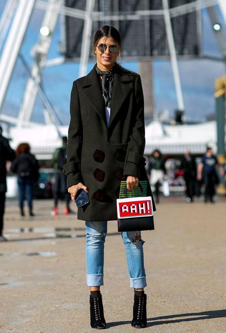 Девушка в закатаных джинсах и темном пальто