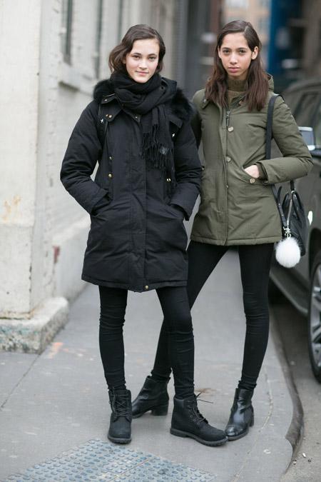 Девушки в черных лосинах, ботинках и черная и зеленая парках