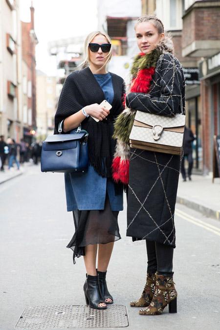 Две девушки на улицах Лондона в осенних нарядах, неделя моды - Лондон осень/зима 2016-2017