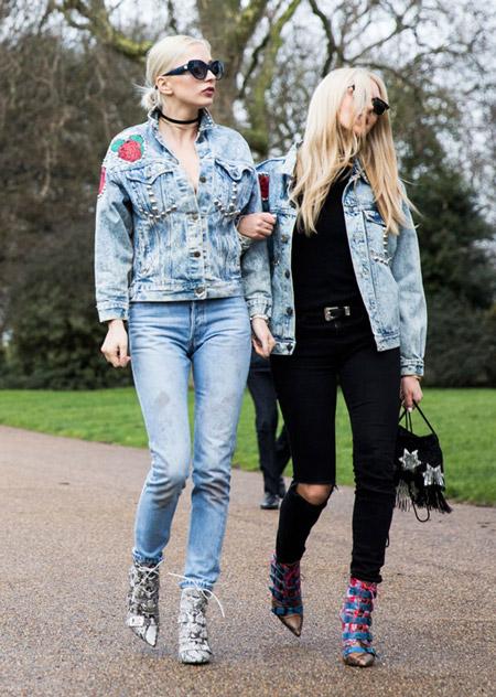 Две девушки в джинсах и голубых куртках джинсовках