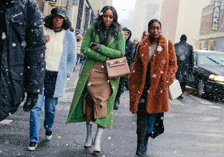 Две девушки в зимних нарядах
