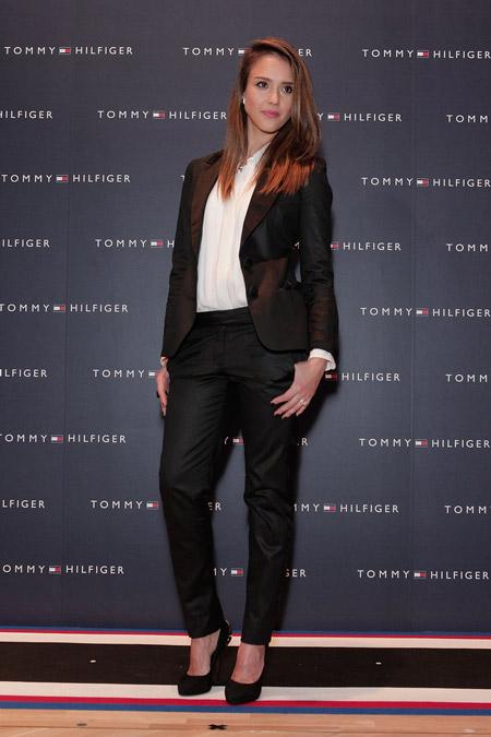 Джессика Альба в черном костюме