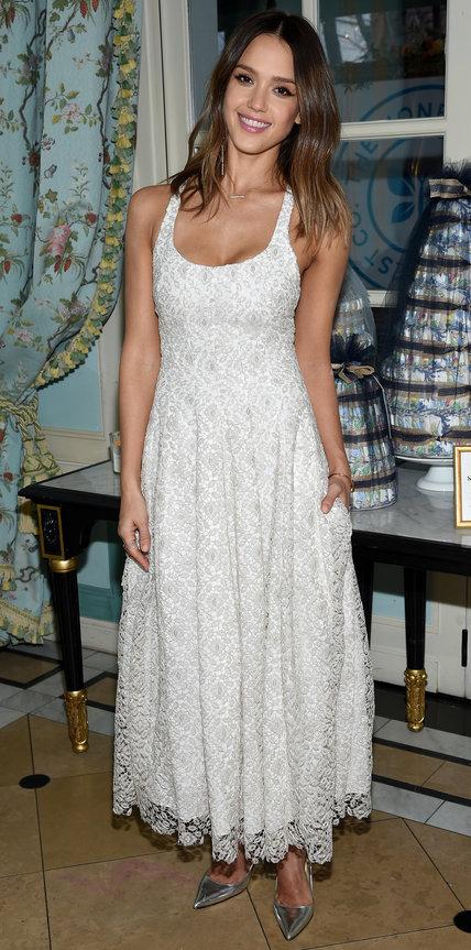 Джессика Альба в светлом длинном платье и серебристых лодочках