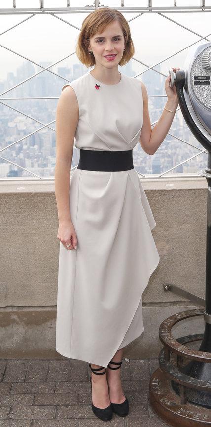 Эмма Уотсон в бежевом платье с черным поясом