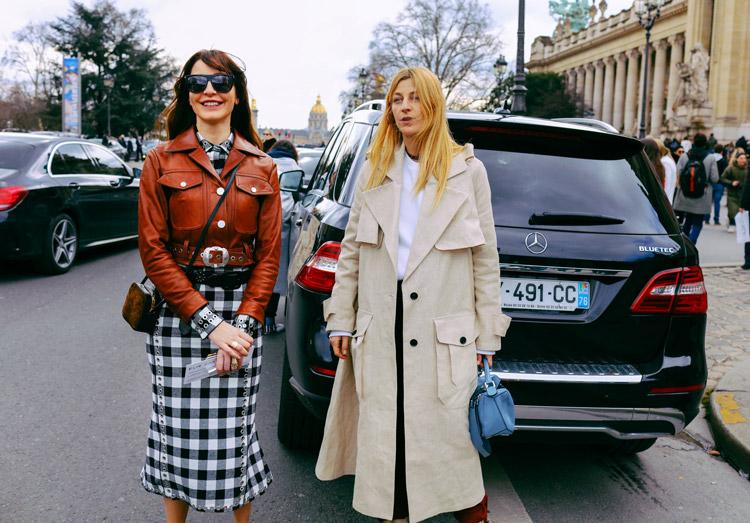 Ece Sukan черно-белой клетчатой юбке и кожаной куртке Аda Kokosar в светлом плаще и голубая сумочка