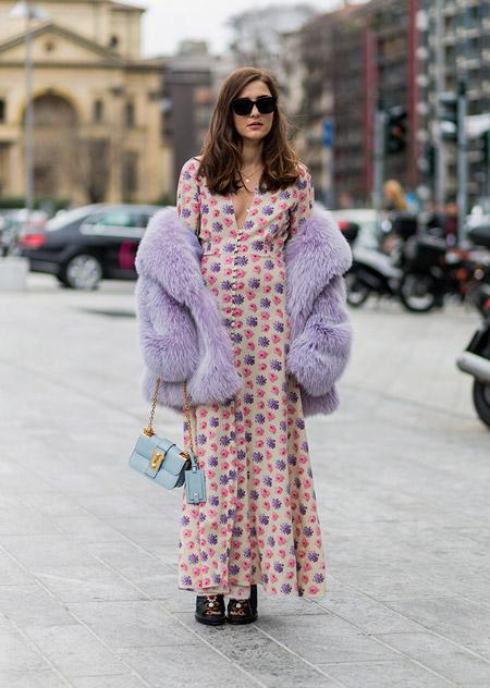 Еleanora carisi в белом длинном платье с принтом, светлой шубке и голубая сумочка