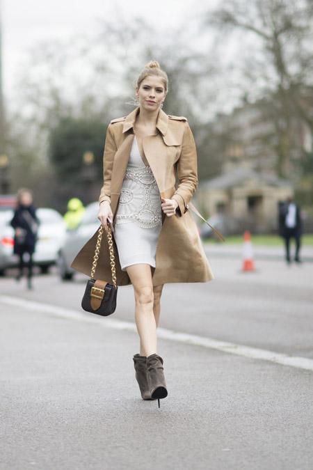 Елена Перминова в светлом мини платье и бежевом плаще, ботильоны на шпильке, неделя моды - Лондон осень/зима 2016-2017