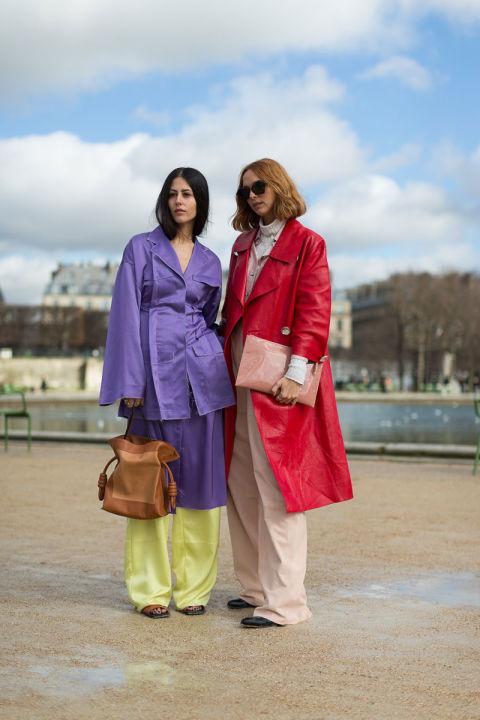 Gilda Ambrosio в фиолетом плаще и широких брюках, Candela Novembre в красном плаще и бежевых брюках, клатч