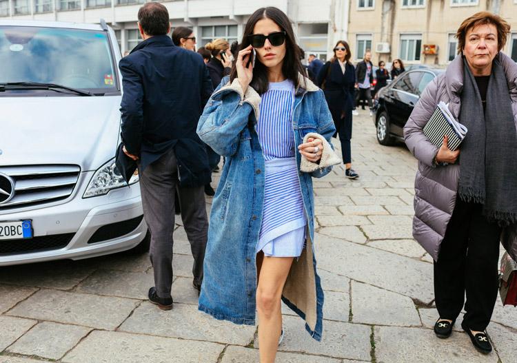 Gilda Ambrosio в голубом мини платье в полоску и джинсовом пальто