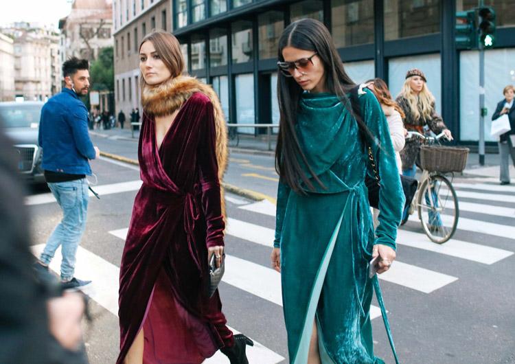 Giorgia Tordini и Gilda Ambrosio в бархатных бордовом и изумрудных платьях с запахом
