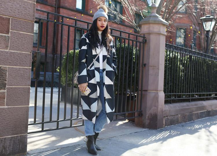 Hannah Bronfman в закатаных джинсах, черные ботильонв и черно-белое пальто
