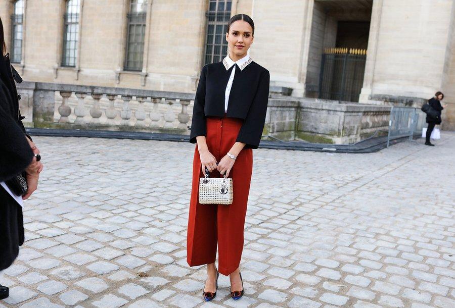 Jessica Alba в красных широких капри, черный жакет с белым воротником и туфли