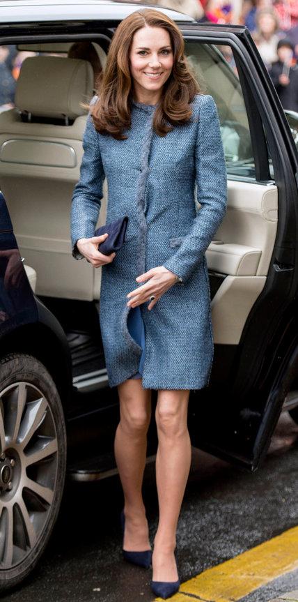 Кэтрин Миддлтон в серо-синем пальто и туфлях лодочках выходит из машины