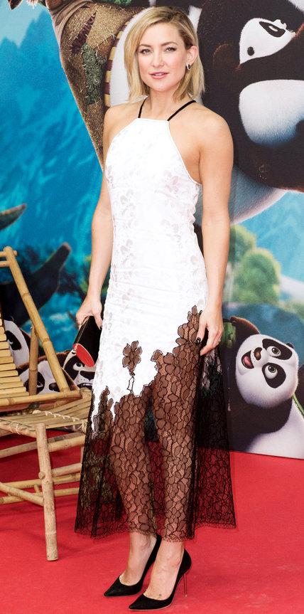 Кейт Хадсон в белом платье с прозразным низом и цветочным принтом