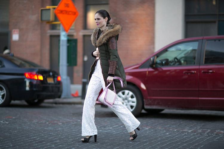 Коко Роша в белых брюках и пуховике с меховым воротником