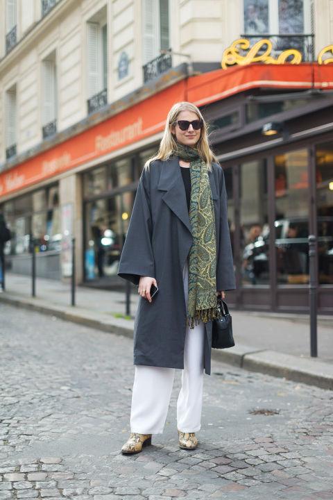 Laura Stoloff в белых брюках, серый плащ и шарф с принтом