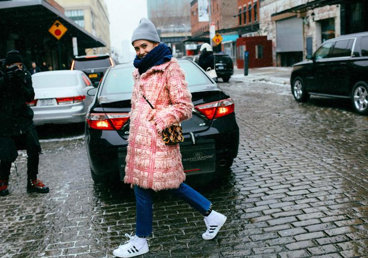 Laurel Pantin джинсах, белых кроссовках, светло розовое пальто, шарф и серая шапка