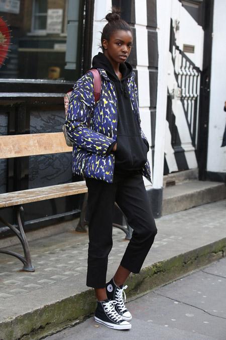 Leomie Anderson в черном спортивном костме и куртке, кеды, неделя моды - Лондон осень/зима 2016-2017