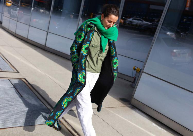 Lucy Chadwick в белых брюках, рубашка и длинное пальто с зеленым принтом и зеленый шарф