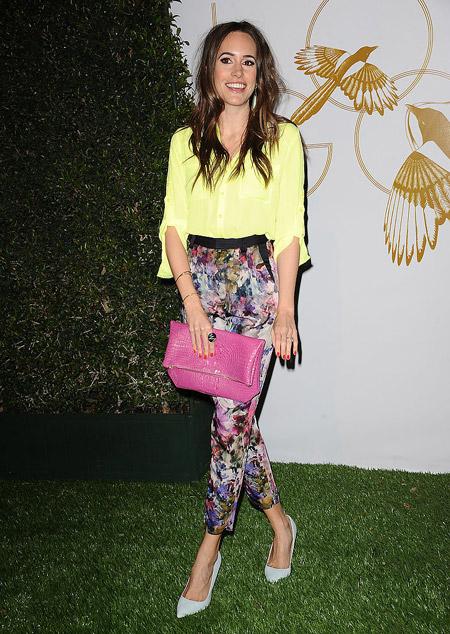 Луиза Роэ в цветочных брюках