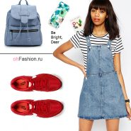 Лукс джинсовым комбинезоном, полосатой футболкой, красные кроссовки и рюкзак