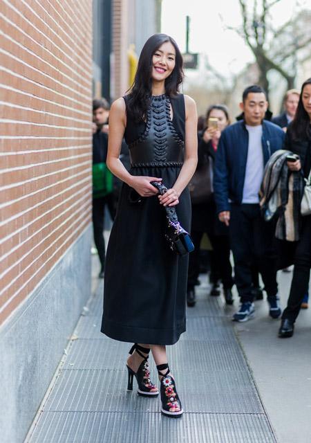 Лю Вэнь в длинном черном платье с кожаными вставками и босоножках