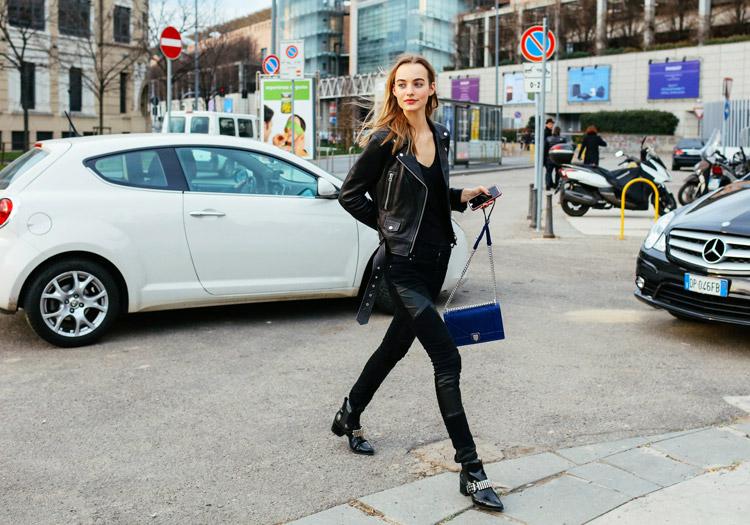 Maartje Verhoef в черных джинсах с кожаными вставка, футболка и куртка косуха