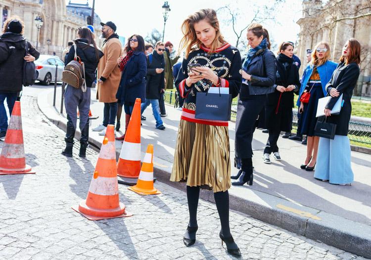 Marina Larroude в золотой юбке миди, темный свиншот, серые колготки и туфли