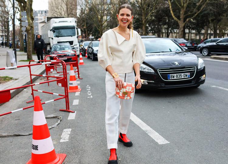 Megan Bowman Gray в белых брюках, светлой блузе и красно-черные ботинки