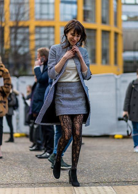 Модель в ажурных колготках, мини юбка в диагональную полоску, футболка и удлиненный кардиган, неделя моды - Лондон осень/зима 2016-2017
