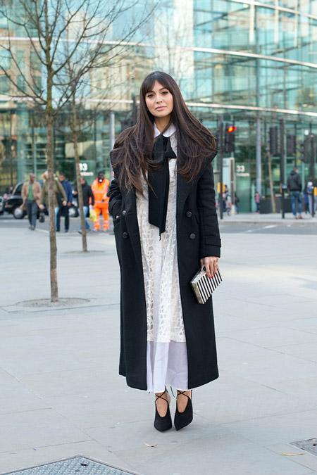 Модель в белом длинном платье и черном длинном пальто, неделя моды - Лондон осень/зима 2016-2017