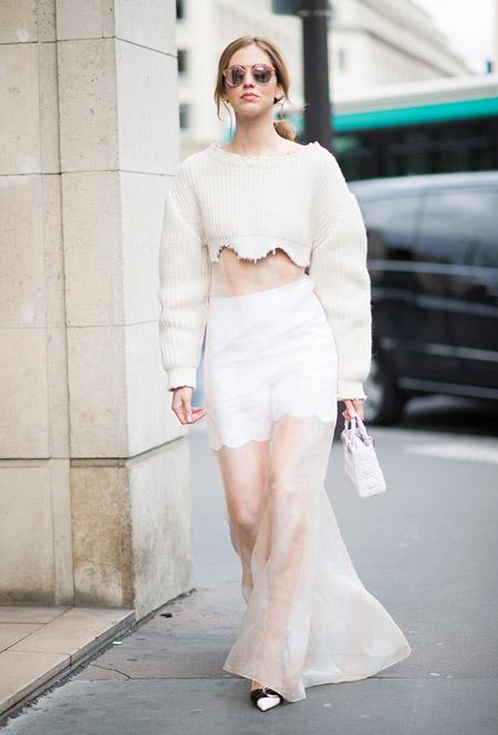 Модель в белом прозрачном платье