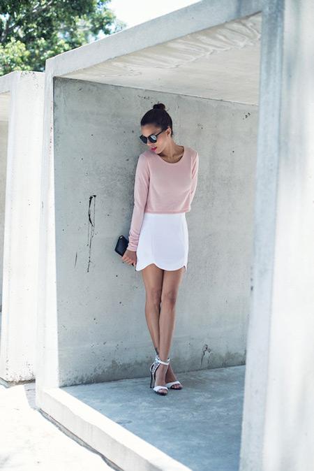 Модель в белоснежной юбке, розовая кофточка и босоножки
