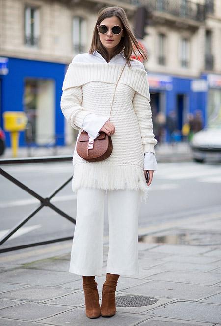 Модель в белоснежных капри, кофта, замшевые сапоги и коричневая сумочка