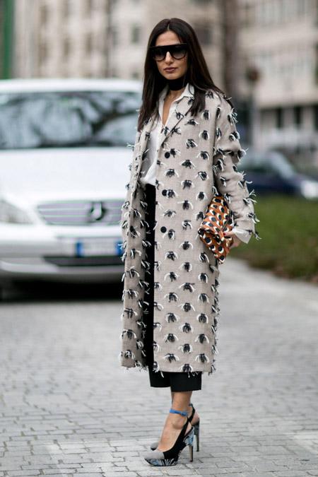 Модель в белой блузк и серое пальто