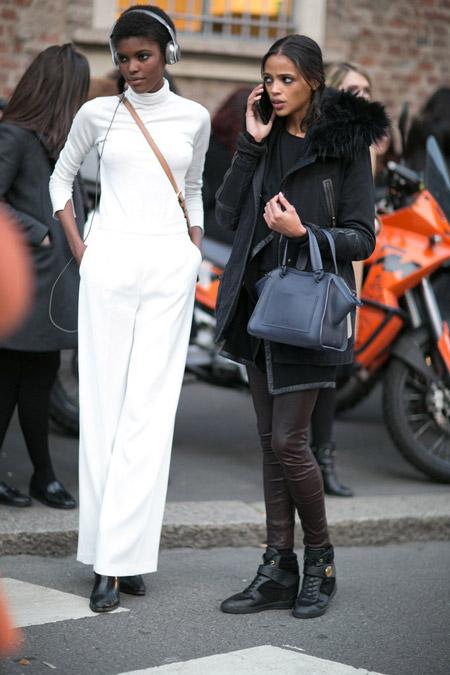 Модель в белых брюках и белой водолазке