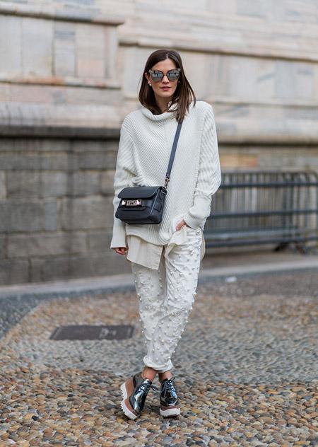 Модель в белых капри и свитере