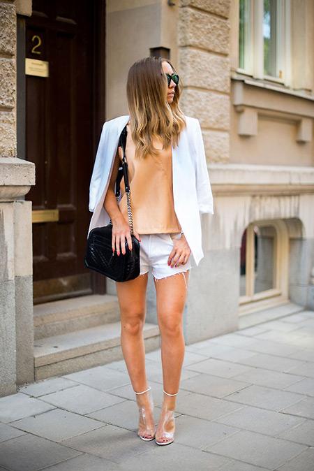 Модель в белых шортах, персиковая блуза и белый пиджак