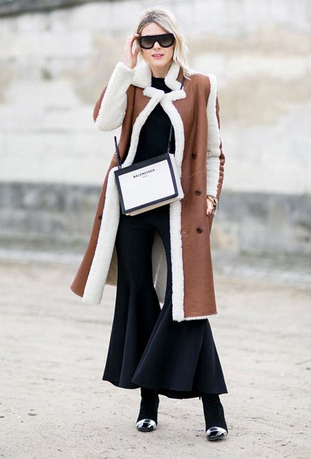 Модель в брюках клеш, коричневая дубленка с белым мехом
