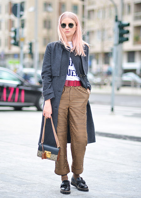 Модель в брюках в клетку, футболке и серое пальто