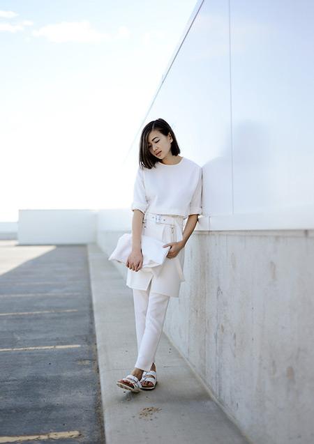 Модель в брюках-юбке молочного цвета, белая футболка
