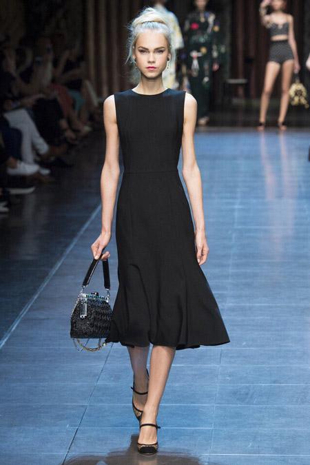 Модель в черном платье от Дольче и Габбана
