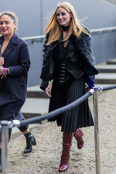 Модель в черной плиссированной юбке миди, блузе и меховая шубка, неделя моды - Лондон осень/зима 2016-2017